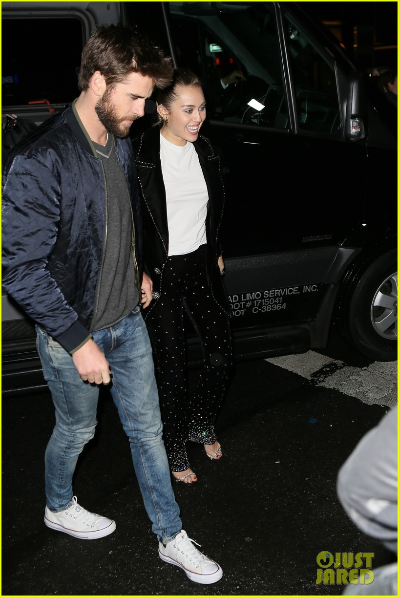 miley cyrus liam hemsworth hold hands snl 013982689