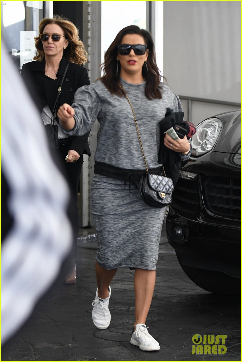 eva longoria grabs lunch with desperate housewives costar felicity huffman 053993803