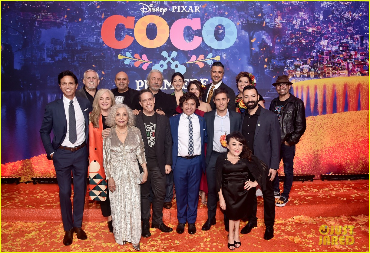 jonathan groff idina menzel join coco cast at marigold carpet premiere 023984730
