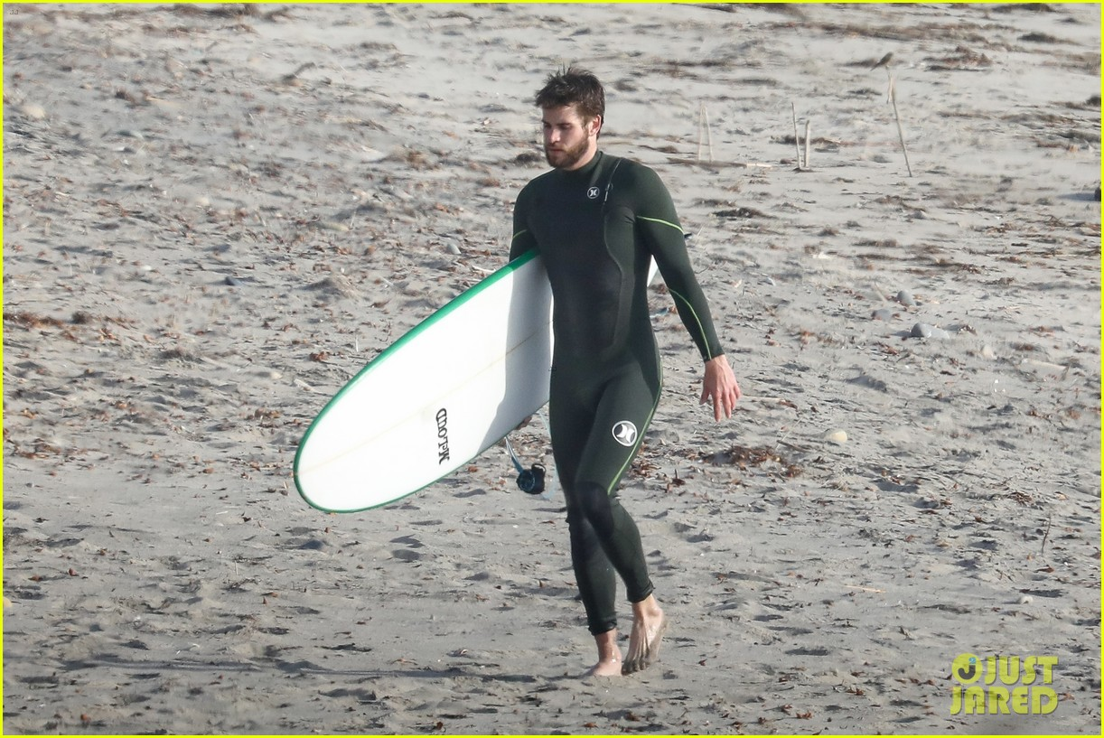 liam hemsworth spends the afternoon surfing in malibu 023994192