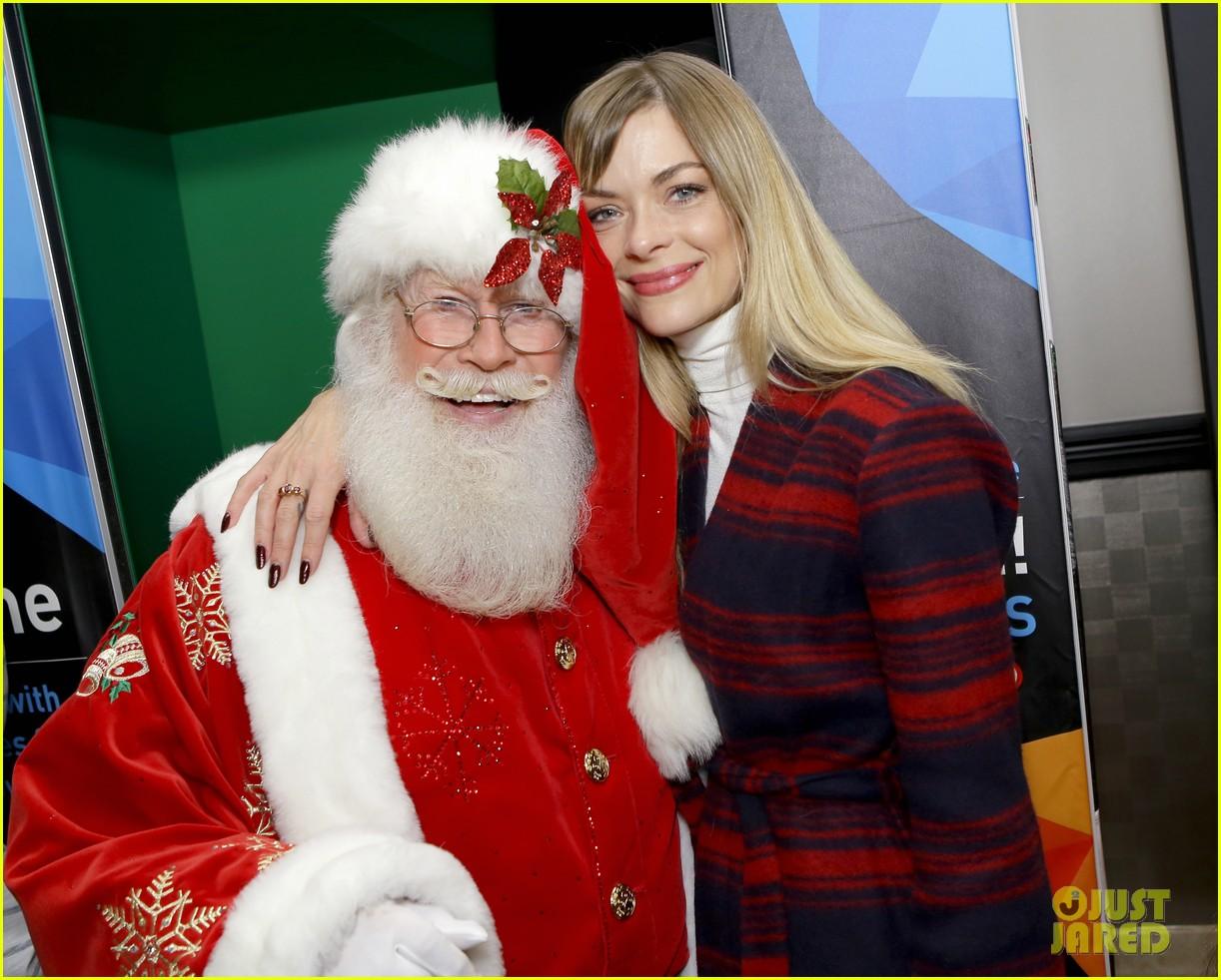 Newman Christmas Trees.Jaime King Family Meet Santa At The Grove S Christmas Tree