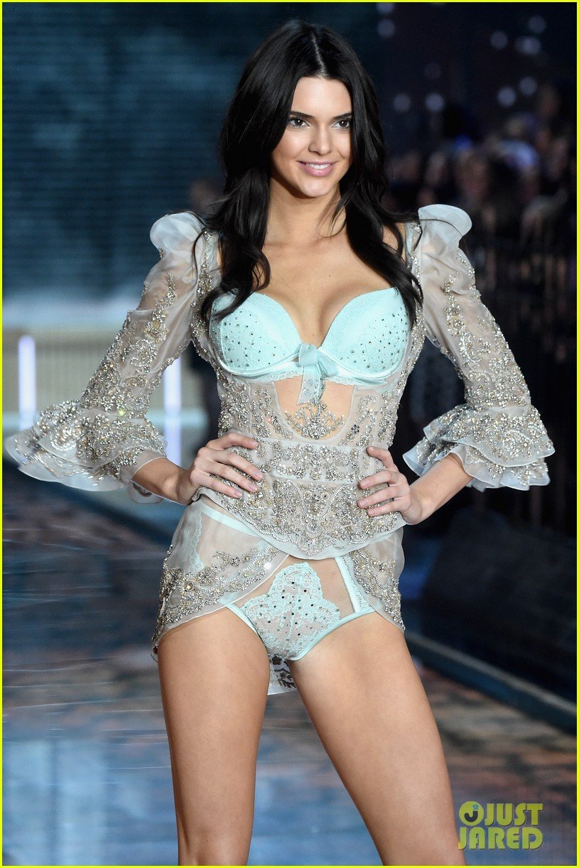 Is Kendall Jenner Walking In Victoria S Secret Fashion
