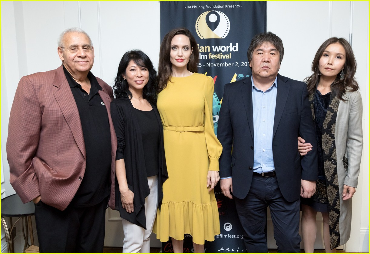 angelina jolie loung ung award presentation 013981380