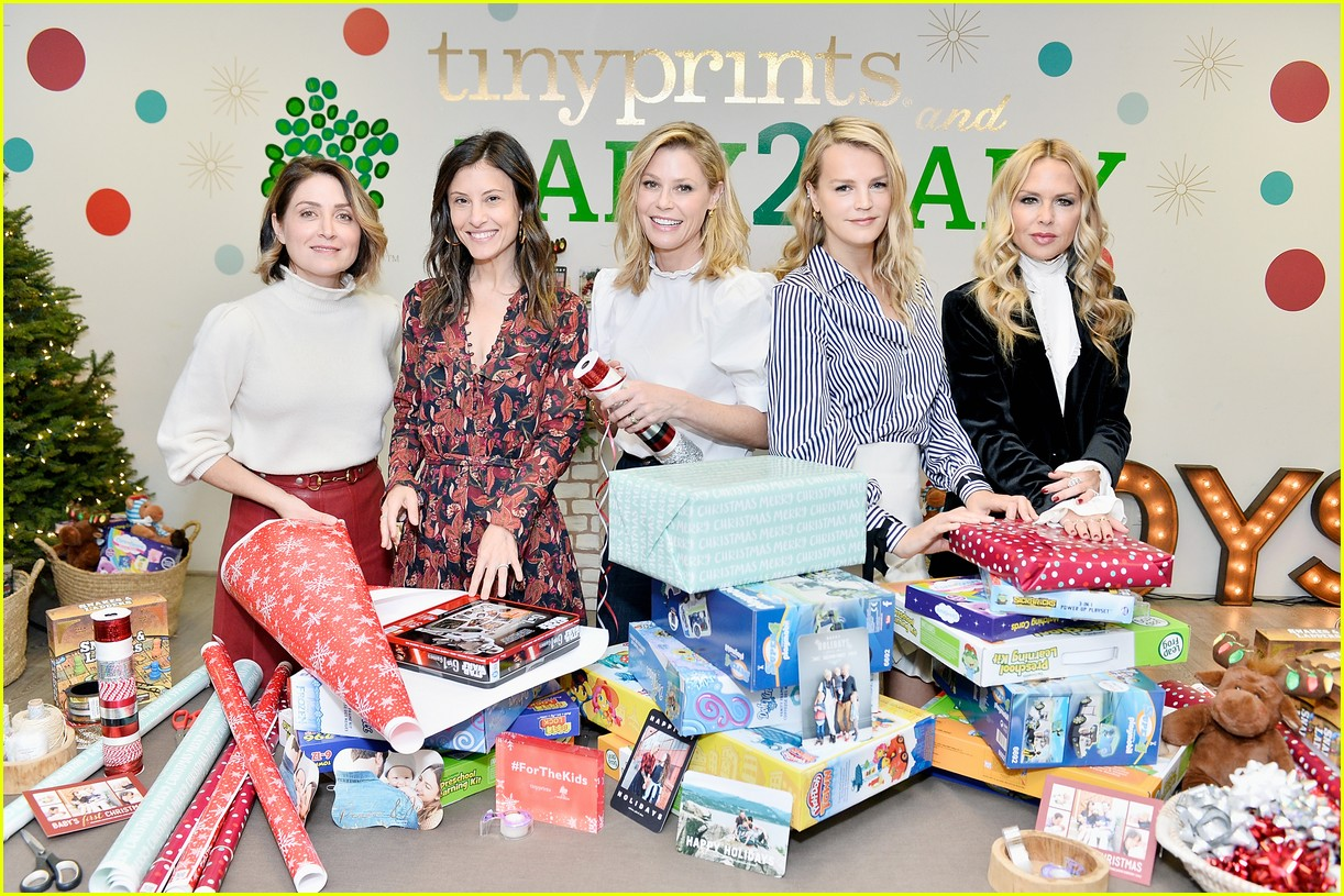 julie bowen christmas wrapping 223995146