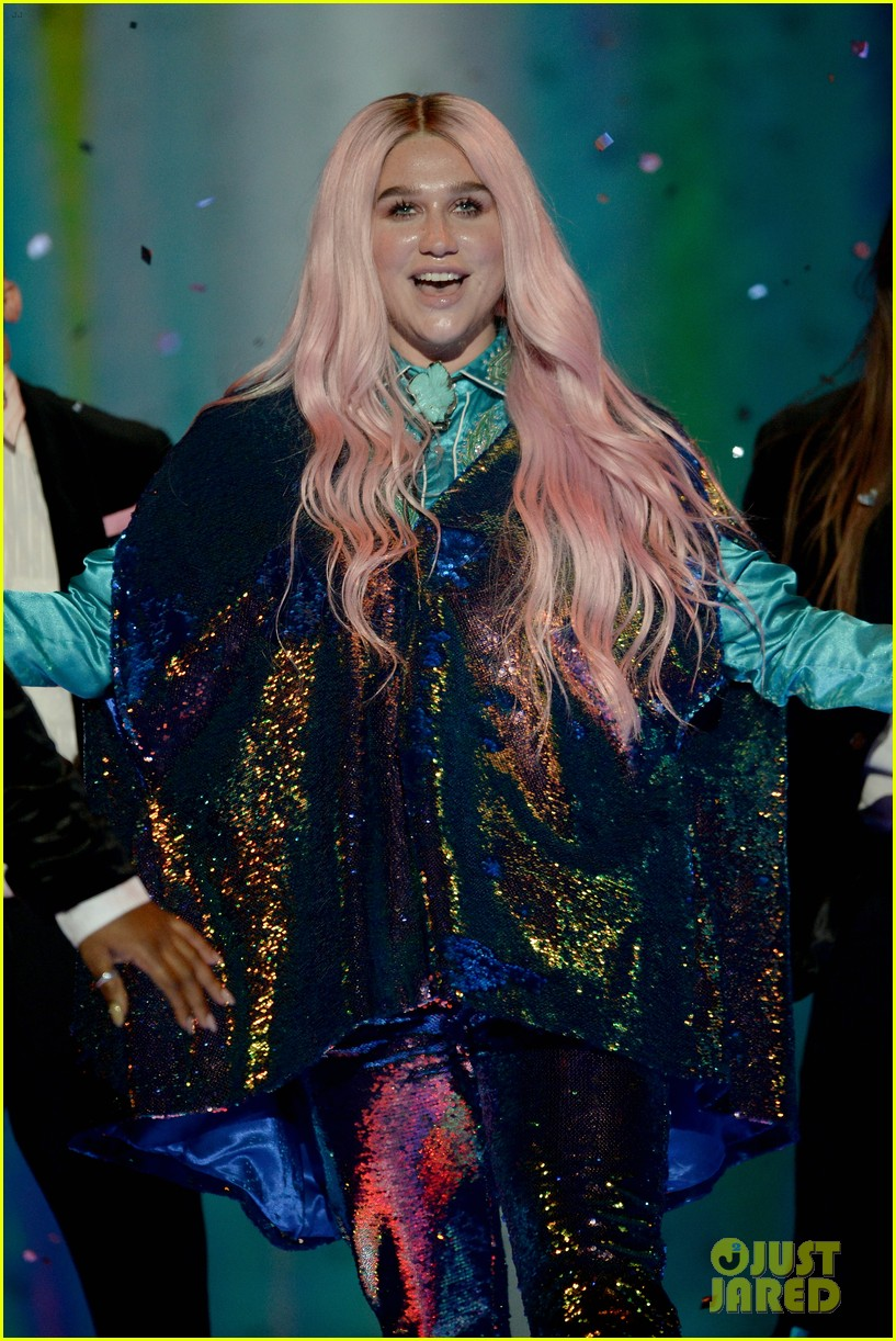 kesha performs learn to let go at mtv emas 2017 013986503