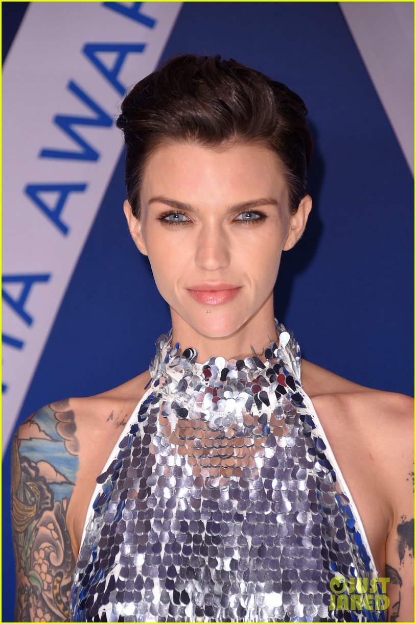 karlie kloss ruby rose cma awards 2017 023984552