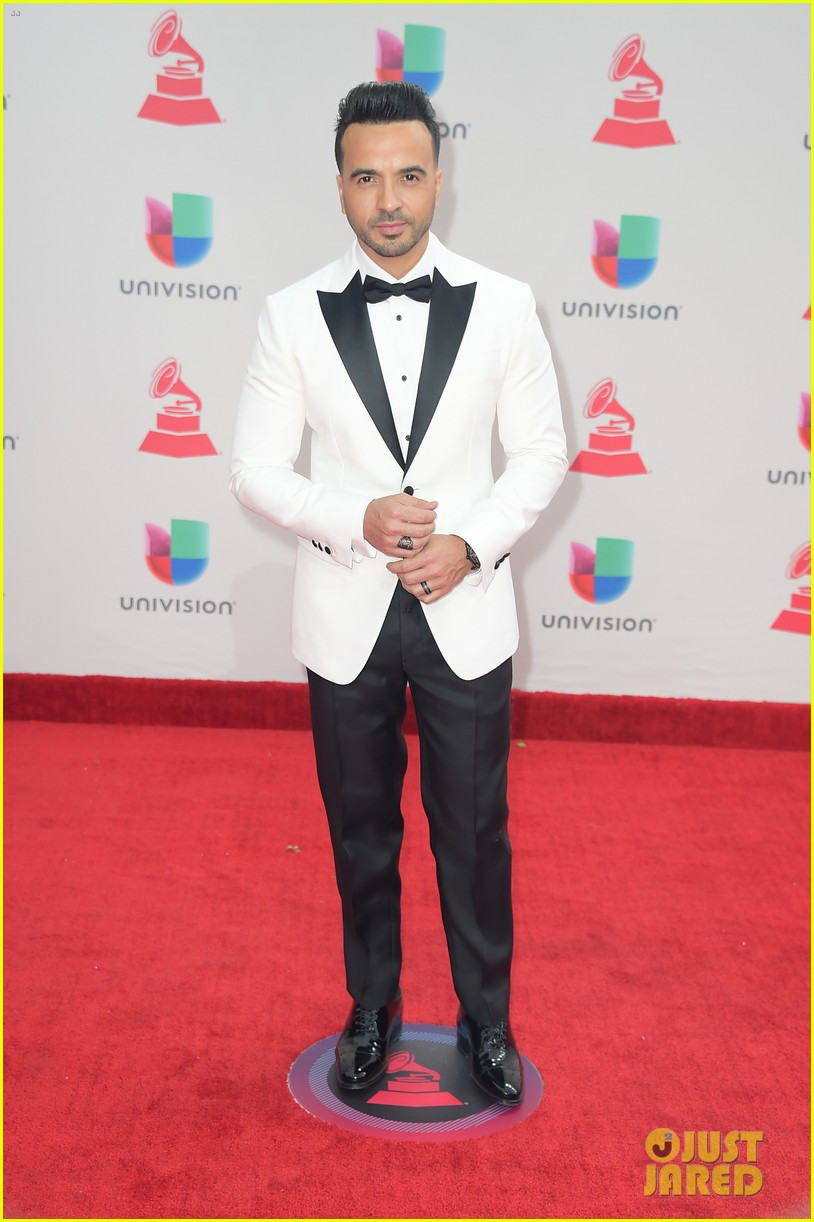 lin manuel miranda ana de armas and edgar ramirez join forces at latin grammys 2017 093988878