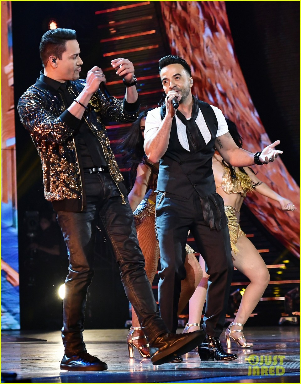 lin manuel miranda ana de armas and edgar ramirez join forces at latin grammys 2017 373988906