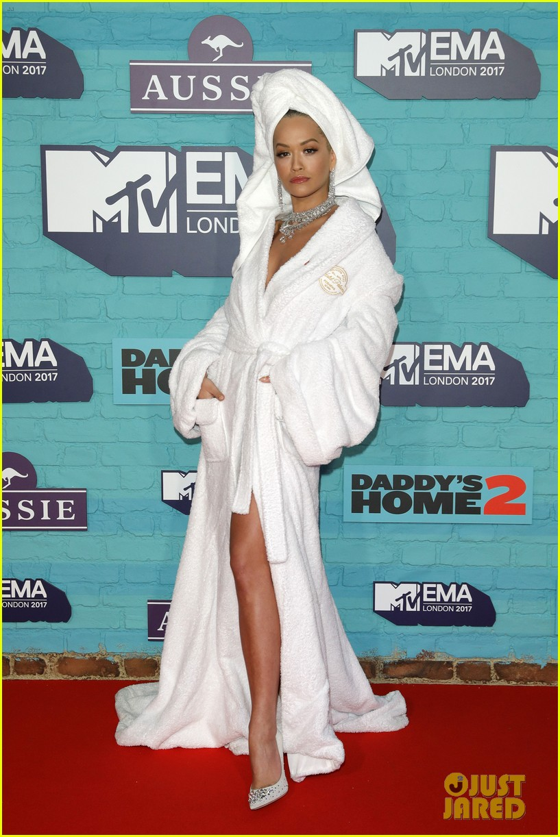 rita ora bathrobe mtv emas 2017 023986343