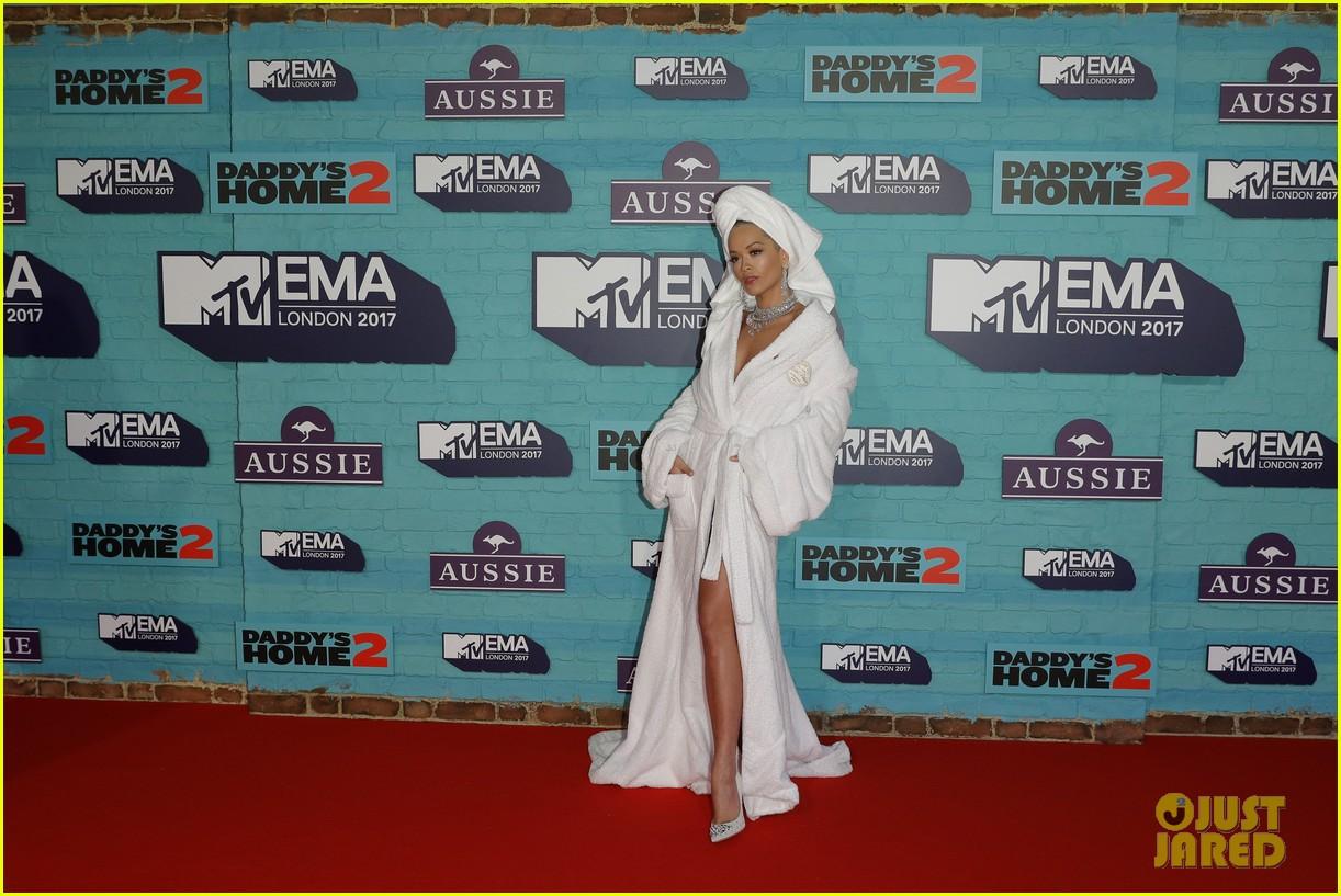 rita ora bathrobe mtv emas 2017 033986344