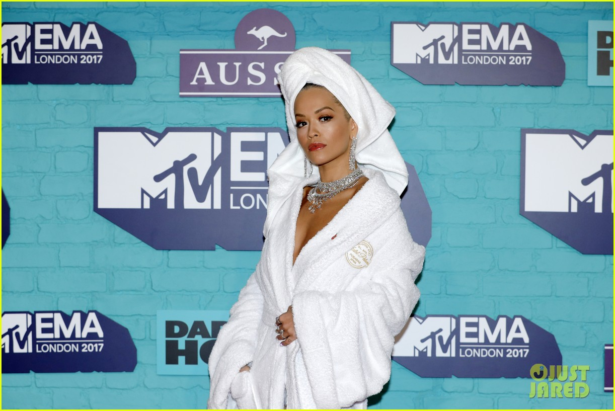 rita ora bathrobe mtv emas 2017 073986348