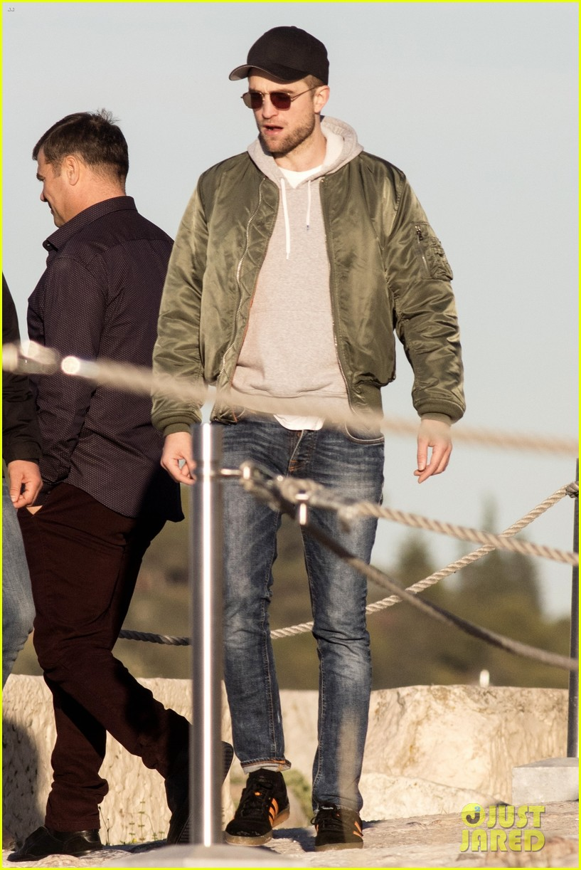 robert pattinson spends the day sightseeing in greece 013991469