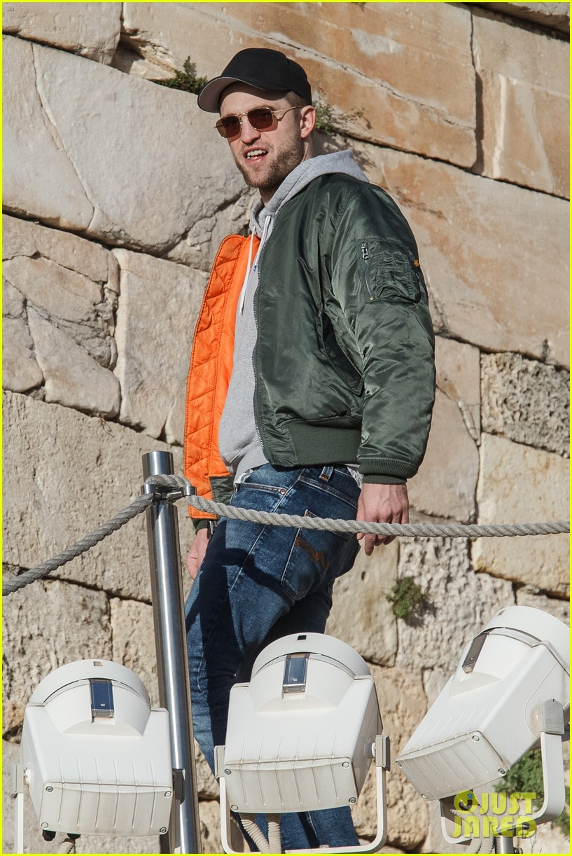 robert pattinson spends the day sightseeing in greece 033991471