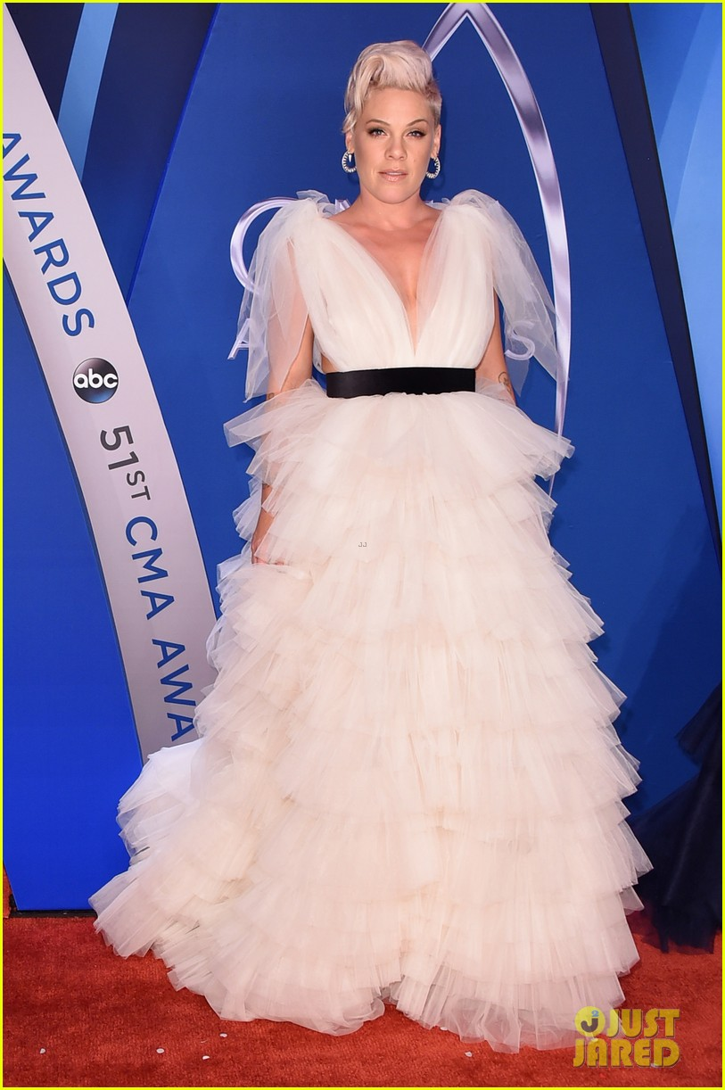 Pink & Daughter Willow Wear Matching Tulle Dresses at CMA Awards ...