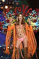 behati prinsloo not walking vs fashion show 2017 21