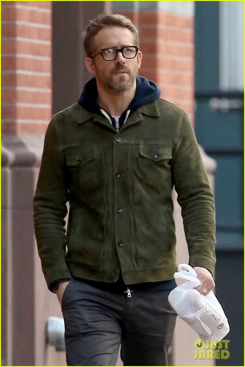 ryan reynolds strolls around new york city 023993821