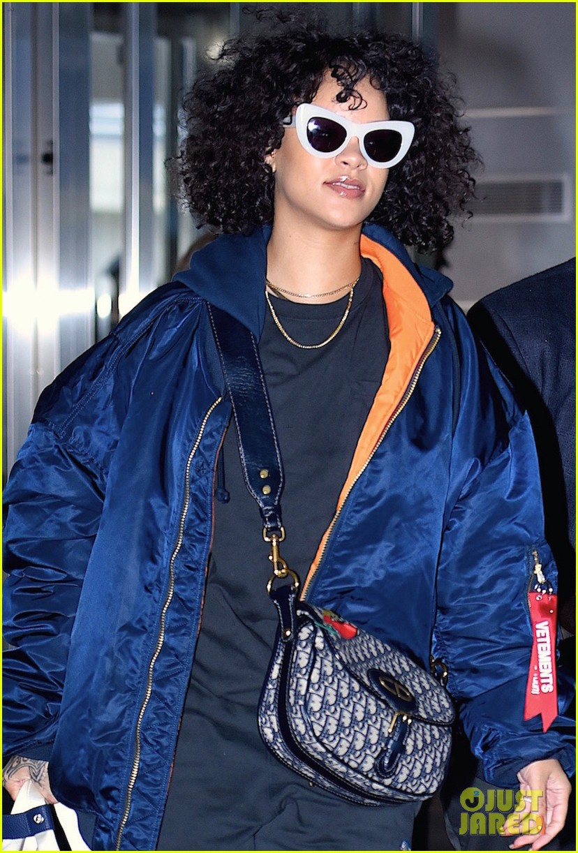 rihanna curly hair at jfk airport 043983495