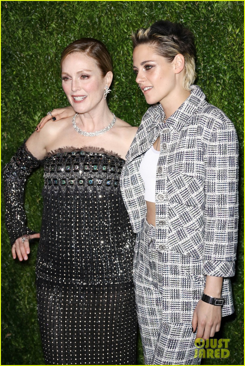 kristen stewart and elizabeth banks honor julianne moore at moma benefit 083987111