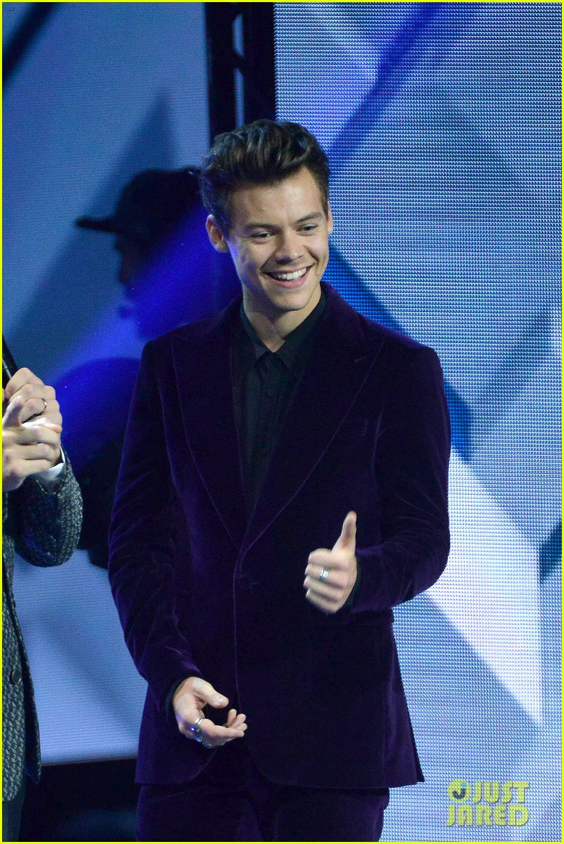 harry styles gives epic sign of the times performance on x factor italy 023985319
