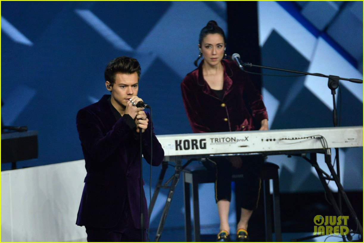 harry styles gives epic sign of the times performance on x factor italy 063985323