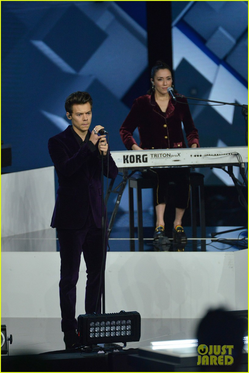 harry styles gives epic sign of the times performance on x factor italy 083985325