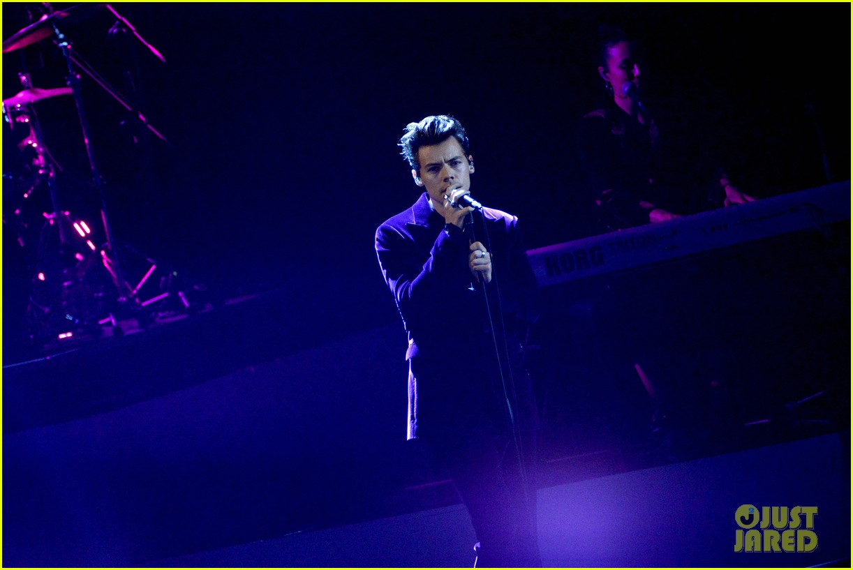 harry styles gives epic sign of the times performance on x factor italy 123985329