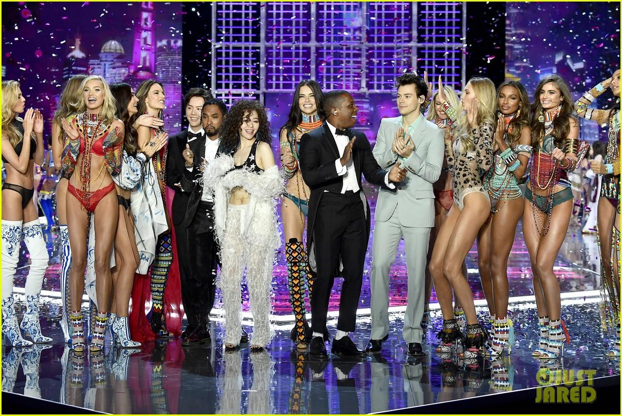 harry styles victorias secret fashion show 013990376