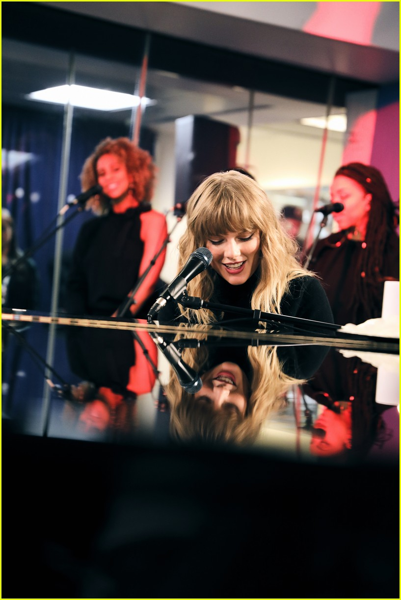 taylor swift performs new version of call it what you want at siriusxm 013985636
