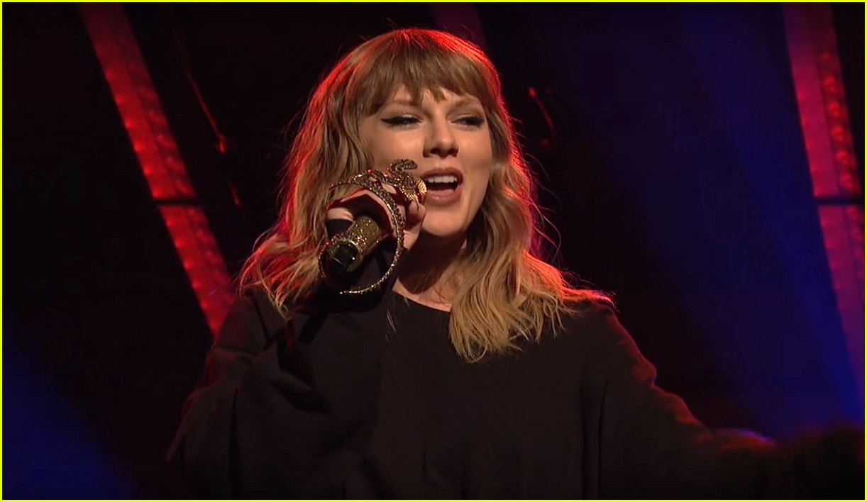 taylor swift saturday night live snakes 043986262