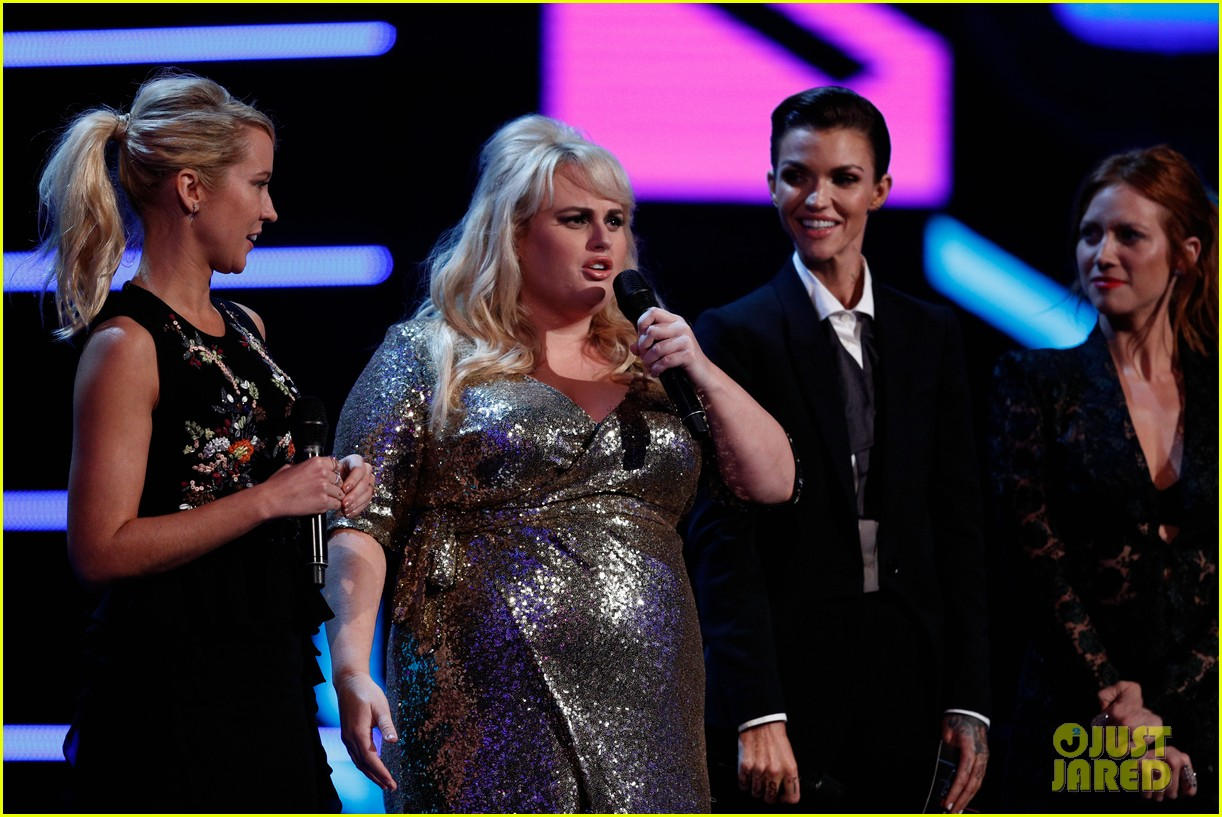 rebel wilson pitch perfect 3 co stars help honor harry styles at aria awards 013993333