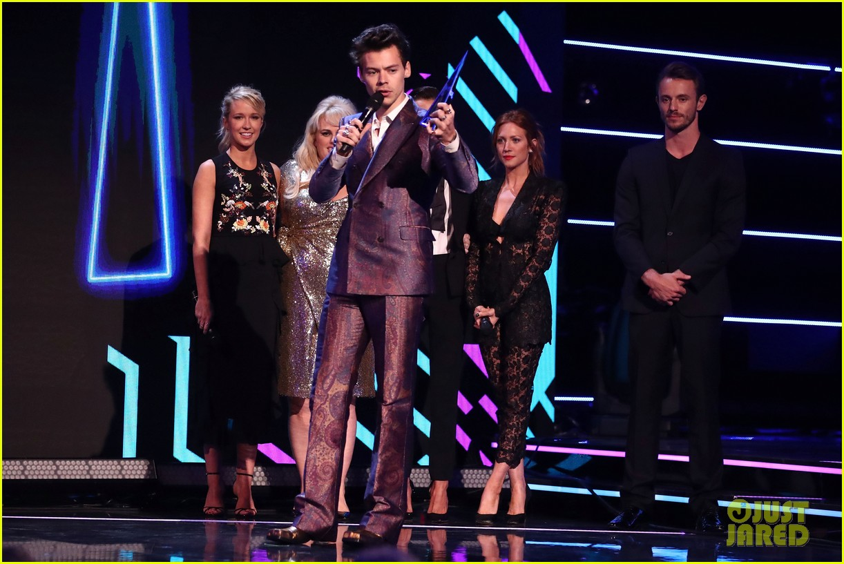rebel wilson pitch perfect 3 co stars help honor harry styles at aria awards 033993335