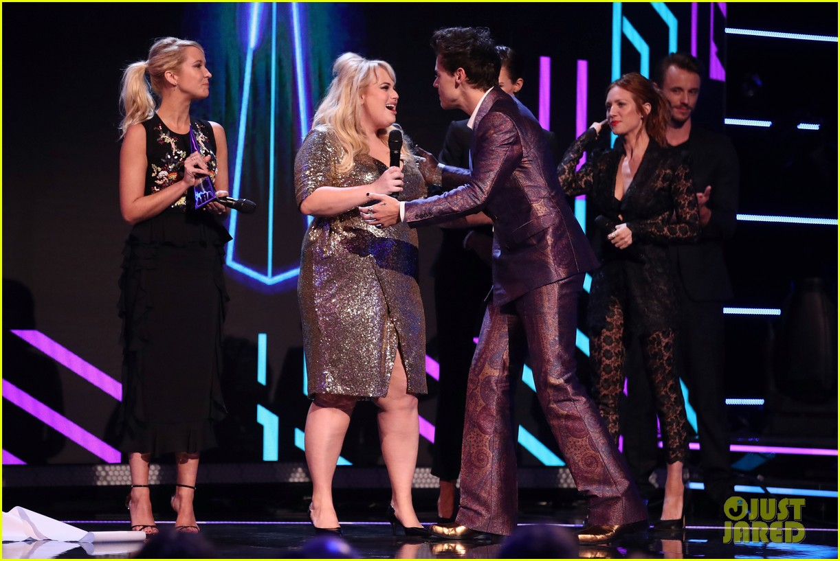 rebel wilson pitch perfect 3 co stars help honor harry styles at aria awards 043993336