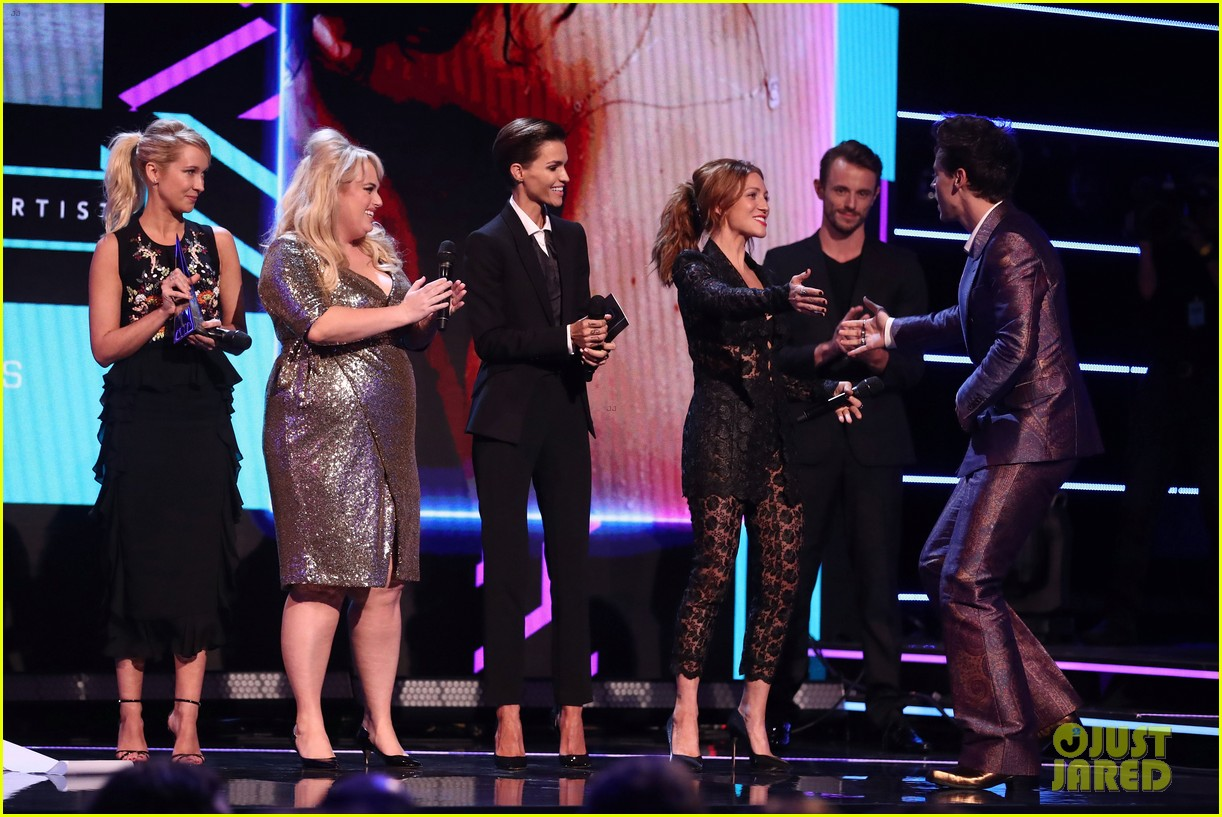 rebel wilson pitch perfect 3 co stars help honor harry styles at aria awards 053993337