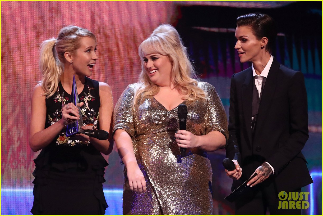 rebel wilson pitch perfect 3 co stars help honor harry styles at aria awards 063993338