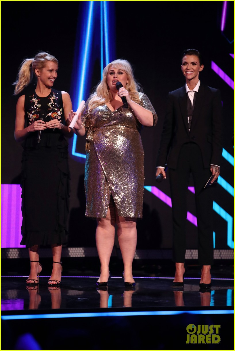 rebel wilson pitch perfect 3 co stars help honor harry styles at aria awards 073993339