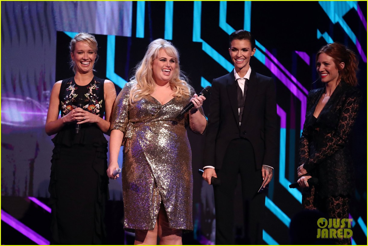 rebel wilson pitch perfect 3 co stars help honor harry styles at aria awards 083993340