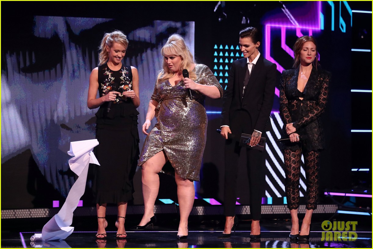 rebel wilson pitch perfect 3 co stars help honor harry styles at aria awards 093993341