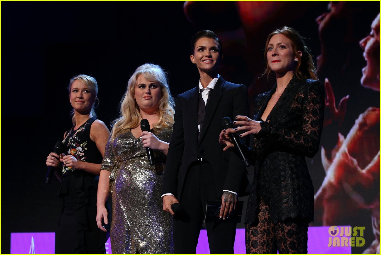 rebel wilson pitch perfect 3 co stars help honor harry styles at aria awards 103993342