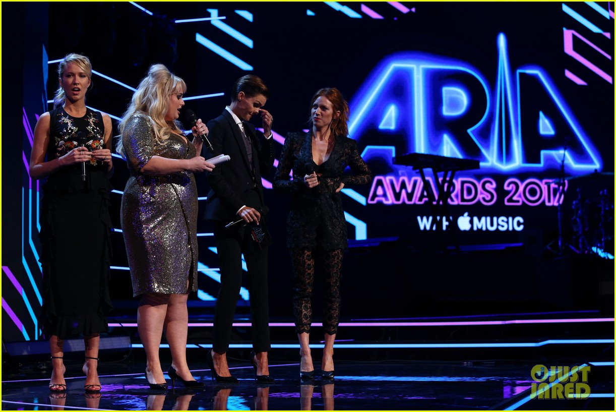 rebel wilson pitch perfect 3 co stars help honor harry styles at aria awards 113993343