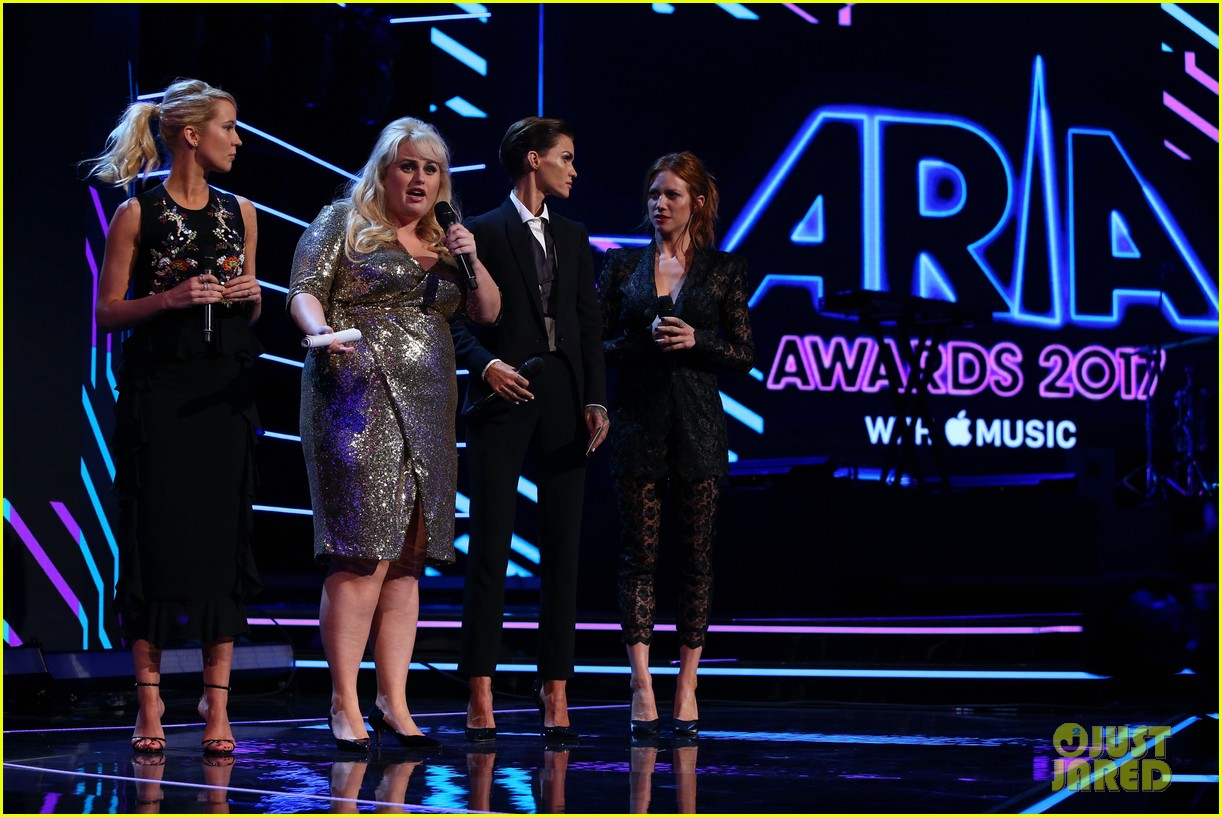 rebel wilson pitch perfect 3 co stars help honor harry styles at aria awards 123993344