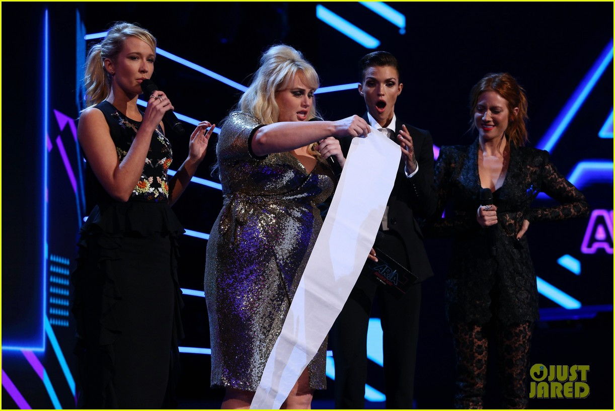 rebel wilson pitch perfect 3 co stars help honor harry styles at aria awards 133993345