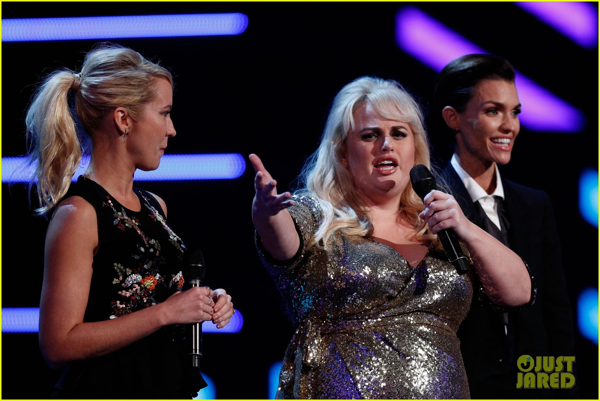 rebel wilson pitch perfect 3 co stars help honor harry styles at aria awards 153993347