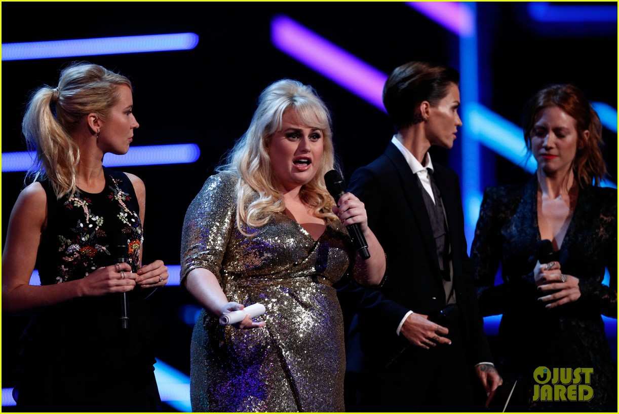 rebel wilson pitch perfect 3 co stars help honor harry styles at aria awards 163993348