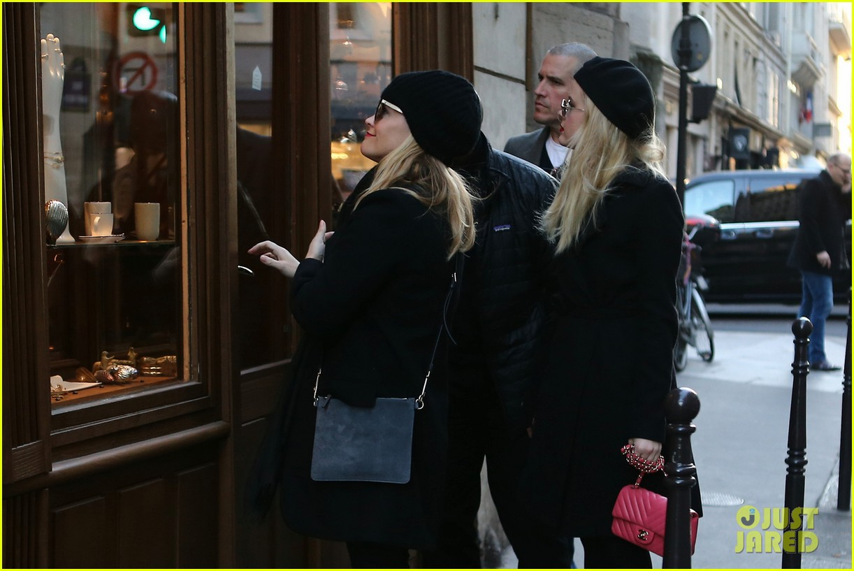 reese witherspoon and ava phillippe are twinning during paris shopping trip 013991778