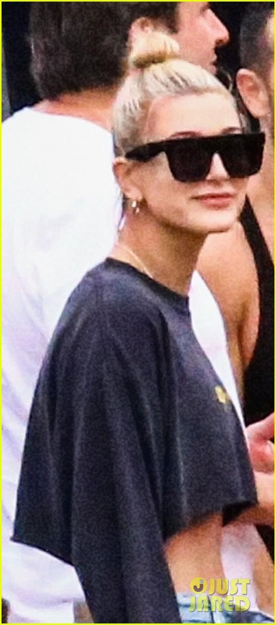 hailey baldwin flaunts her toned tummy on miami boat ride 014005111