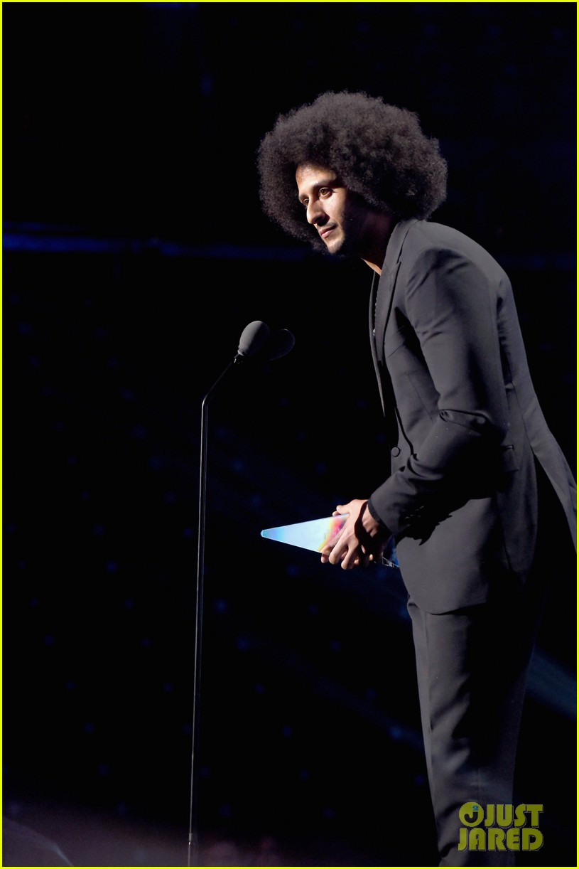 beyonce presents legacy award to colin kaepernick 013997561
