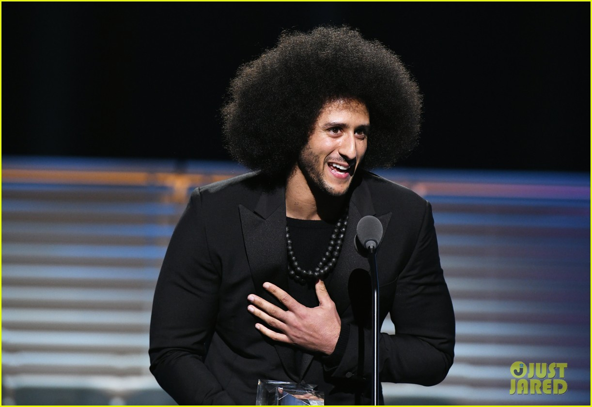 beyonce presents legacy award to colin kaepernick 023997562