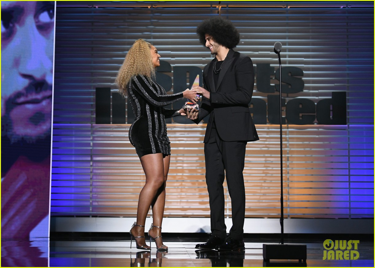 beyonce presents legacy award to colin kaepernick 033997563