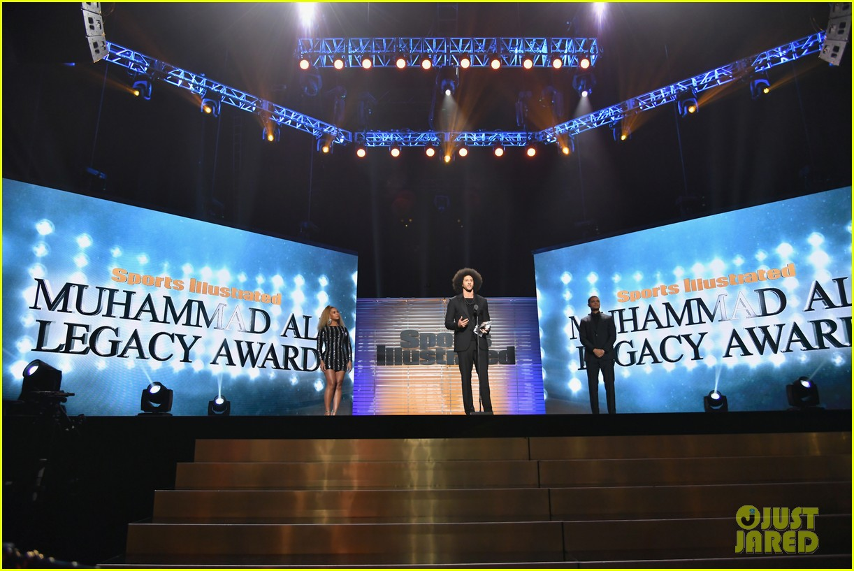 beyonce presents legacy award to colin kaepernick 053997565