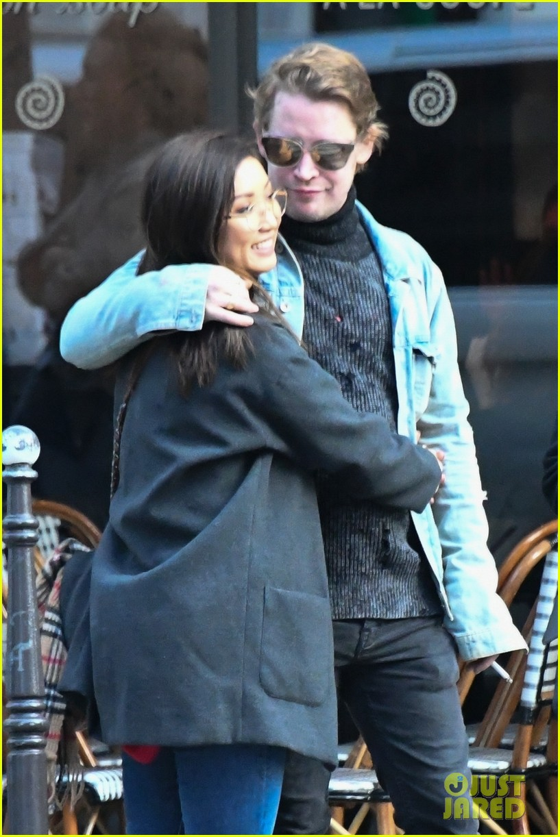 macaulay culkin brenda song cuddle up kiss in new paris photos 033998436